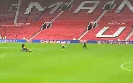 Heel, heel pijnlijk: Van de Beek blijft achter op Old Trafford voor extra training